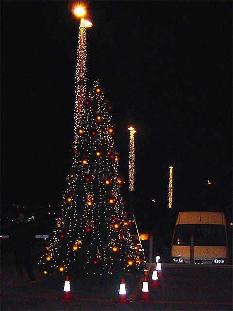 Top 28 arbol navidad exterior decoraciones de navidad for Iluminacion exterior para arboles